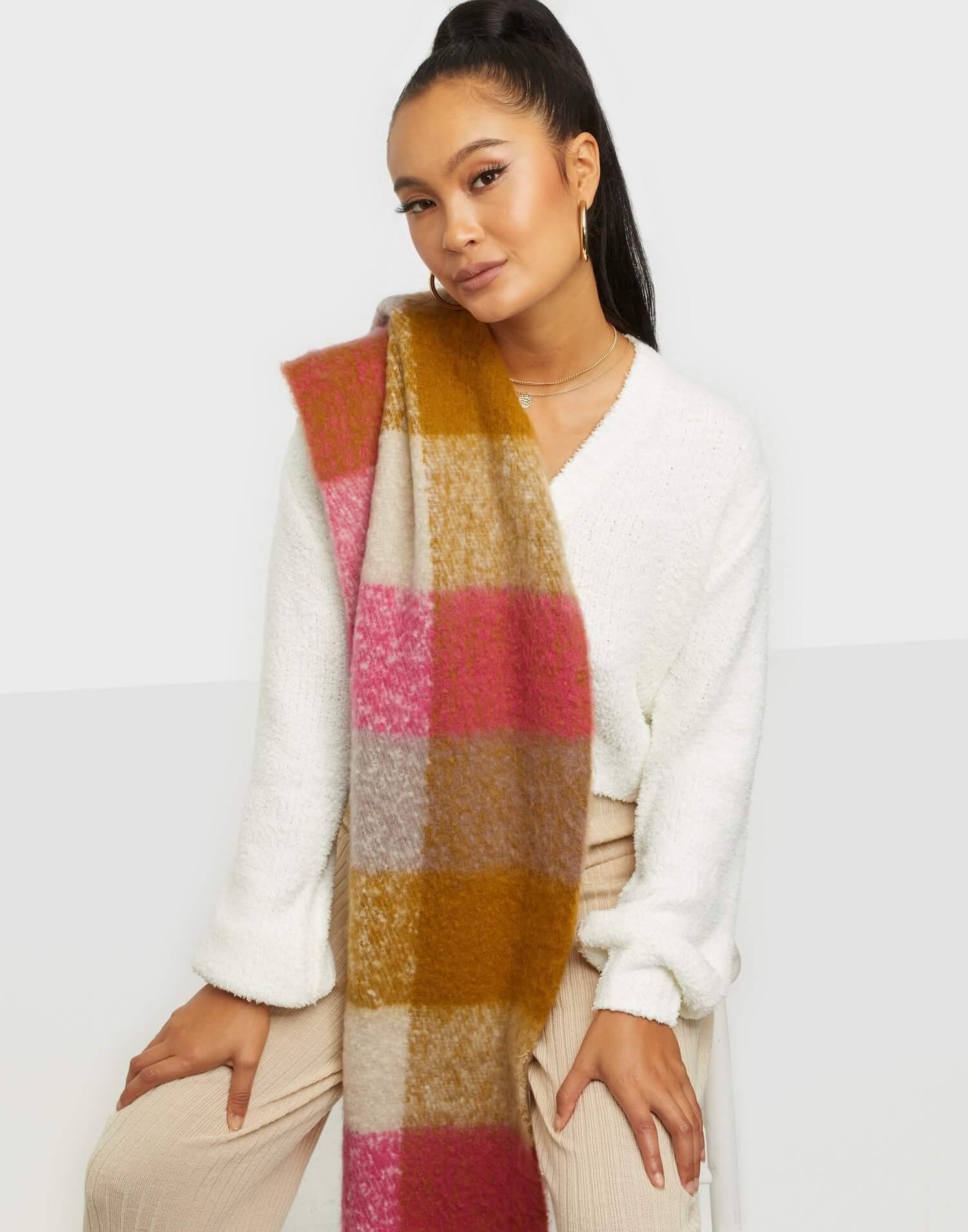 En färgglad halsduk med rutigt motiv från Vero Moda.