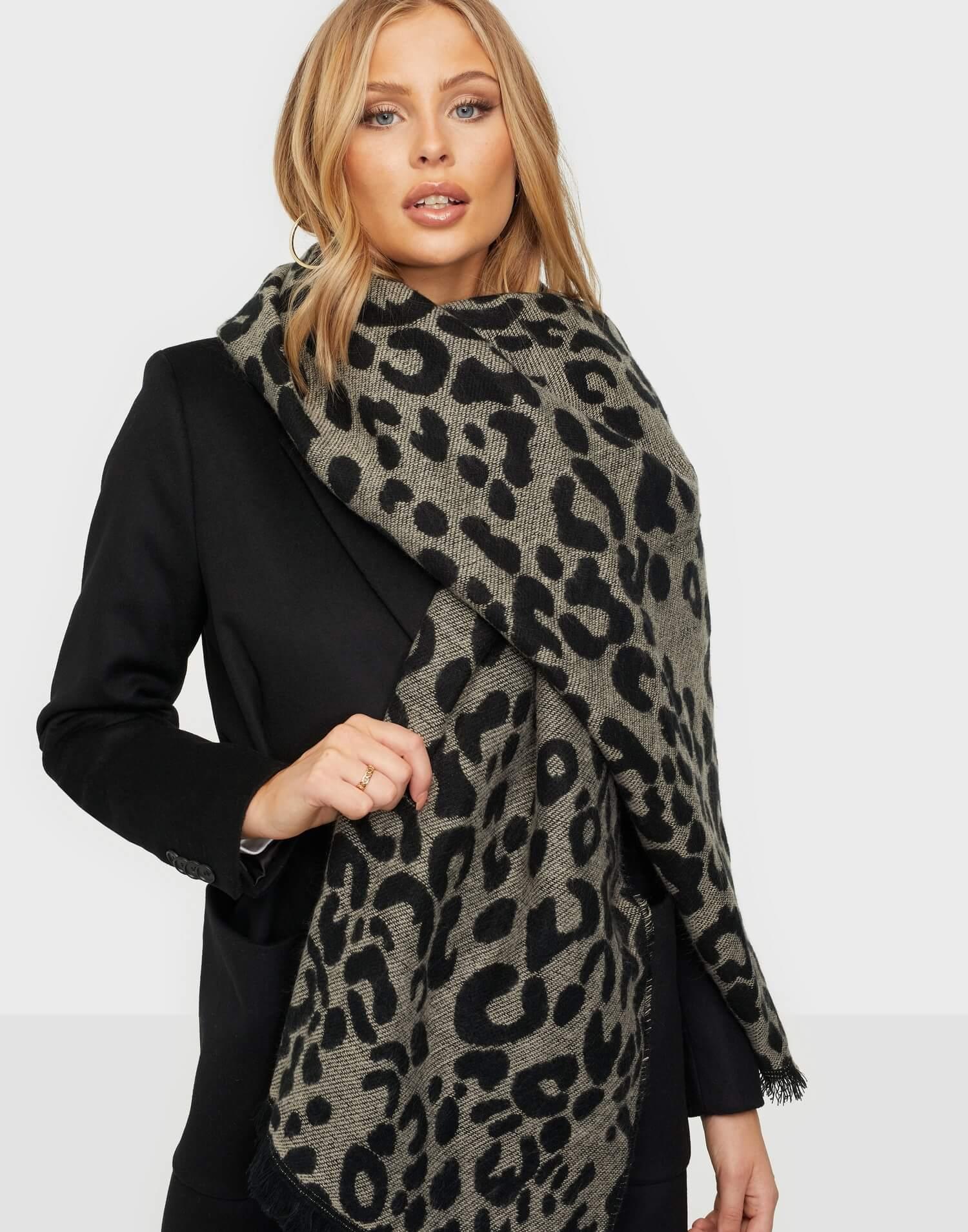 En leopardmönstrad halsduk från Pieces.