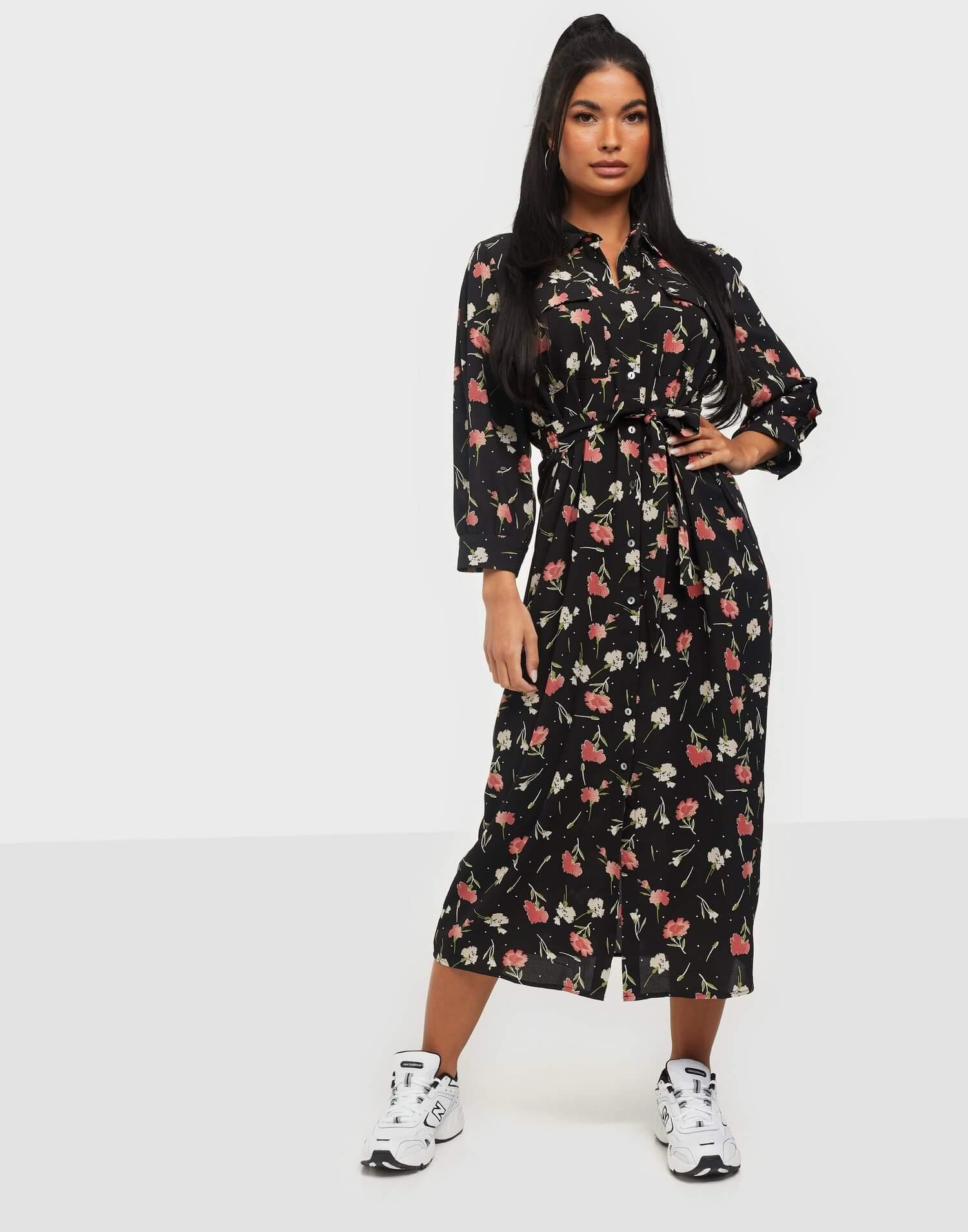 En svart, mönstrad långklänning från Only.