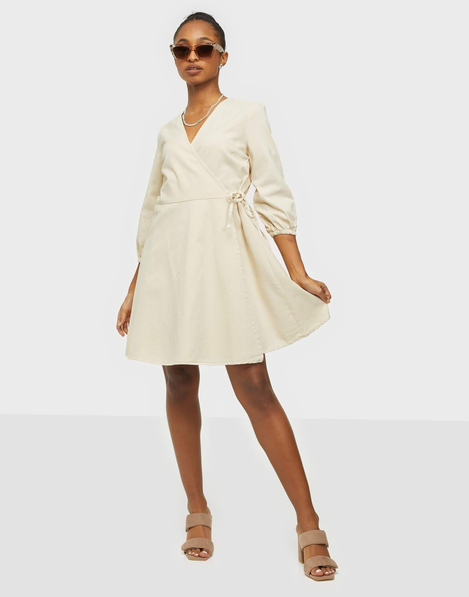 Beige omlottklänning från Vero Moda.