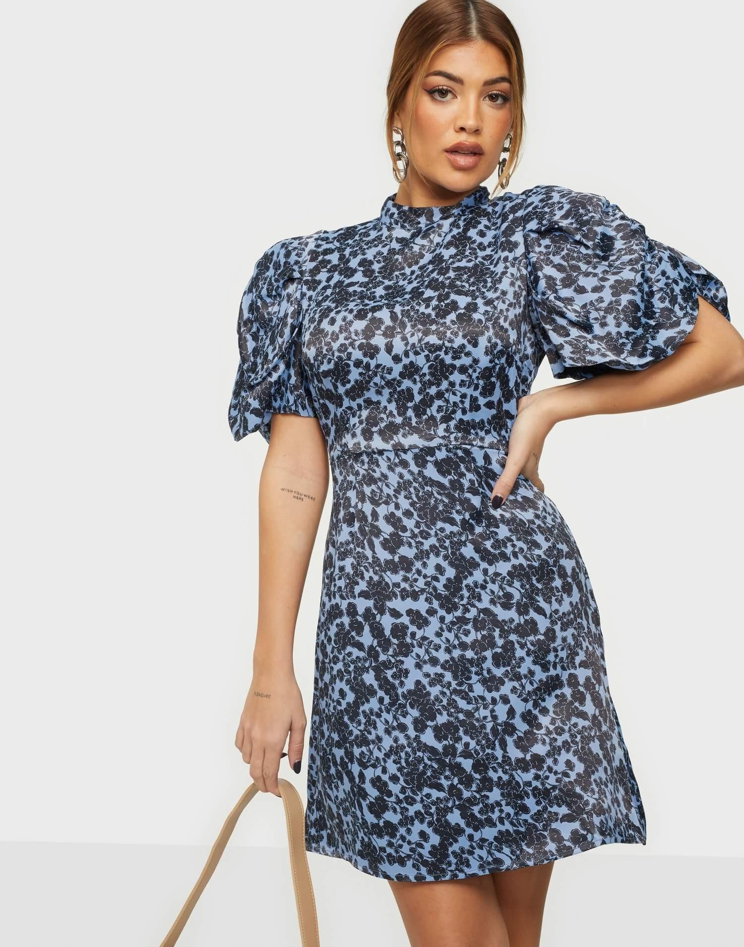 En blommig miniklänning från Vero Moda.