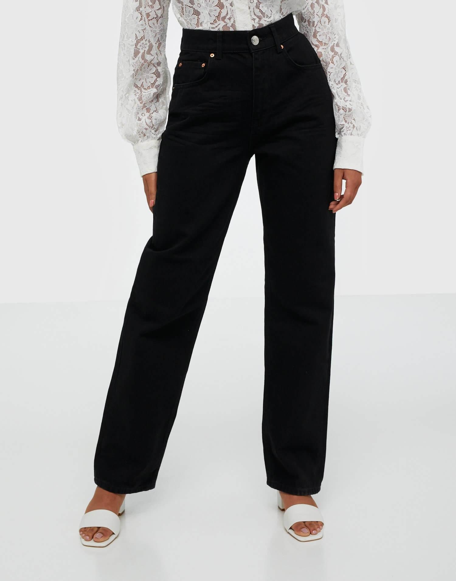 Svarta byxor i loose fit från Gina Tricot.