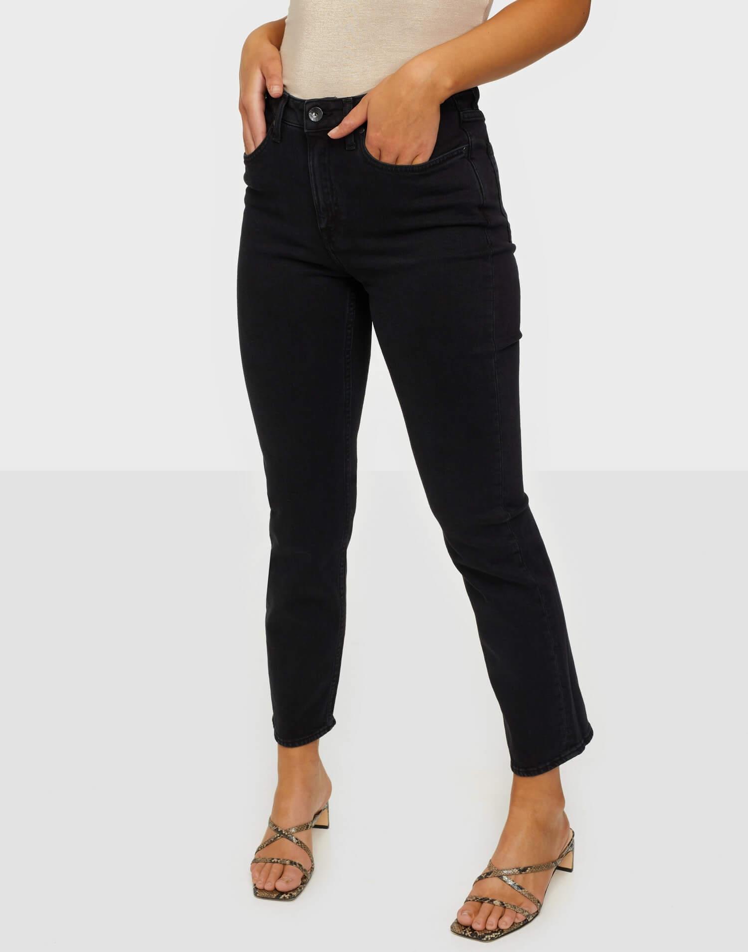 Ett par svarta jeans från Tiger of Sweden.