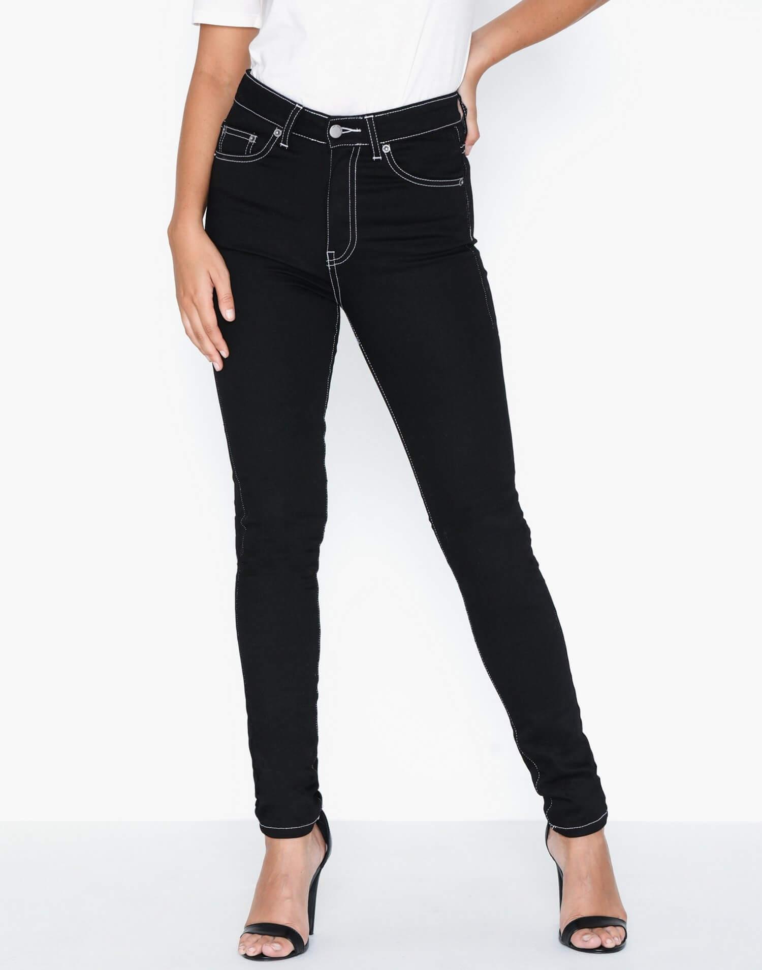 Ett par svarta jeans med dekorativa sömmar från Dr Denim.