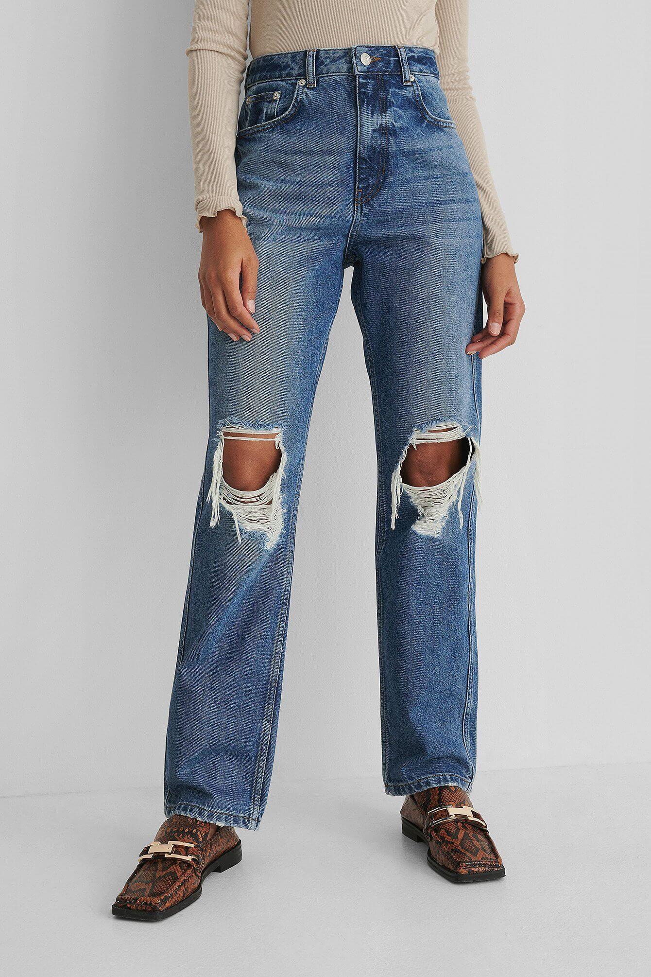 Raka blåa jeans med slitningar på knäna från NA-KD.