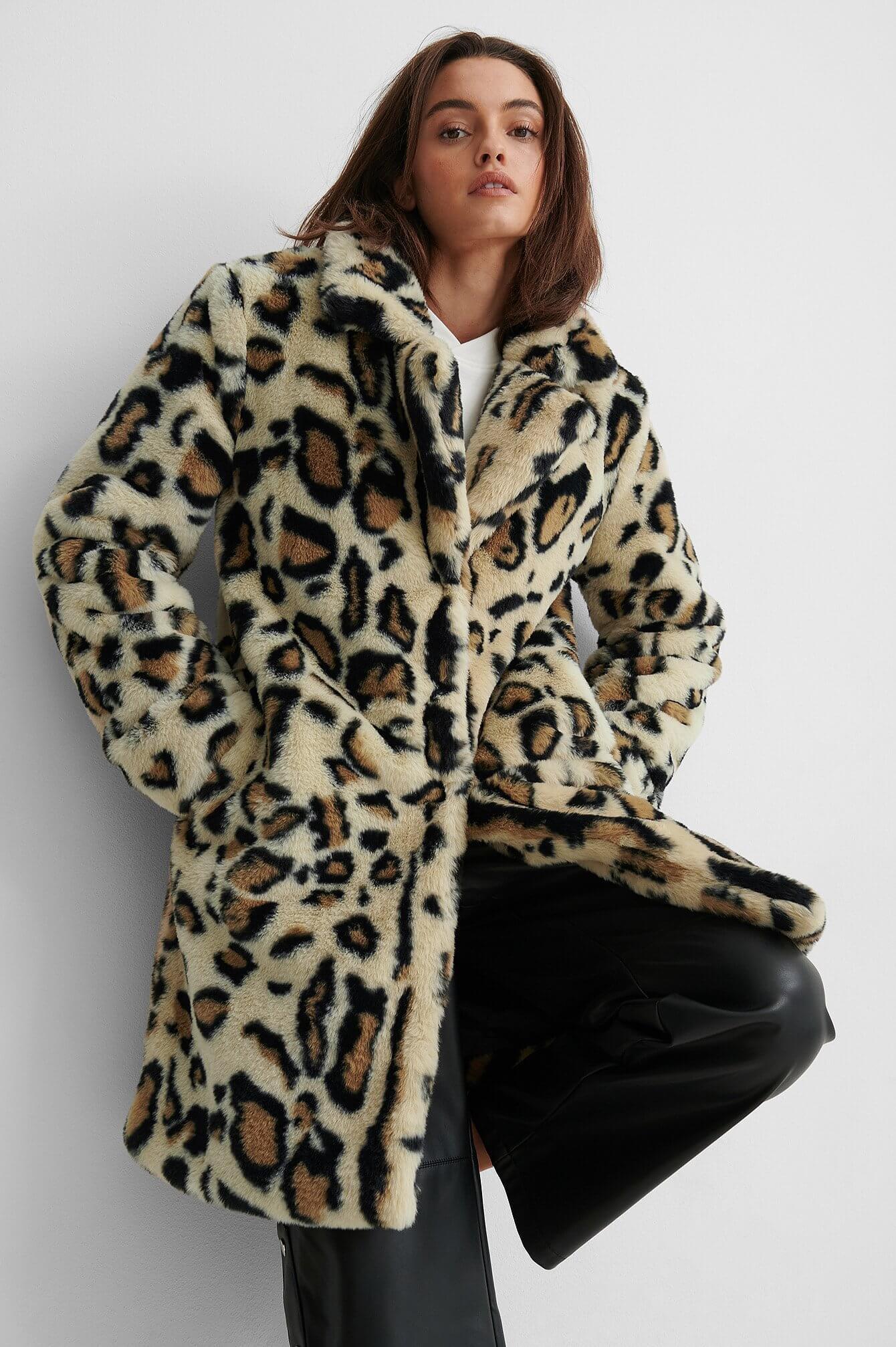 En leopardmönstrad kappa i fuskpäls från NA-KD.