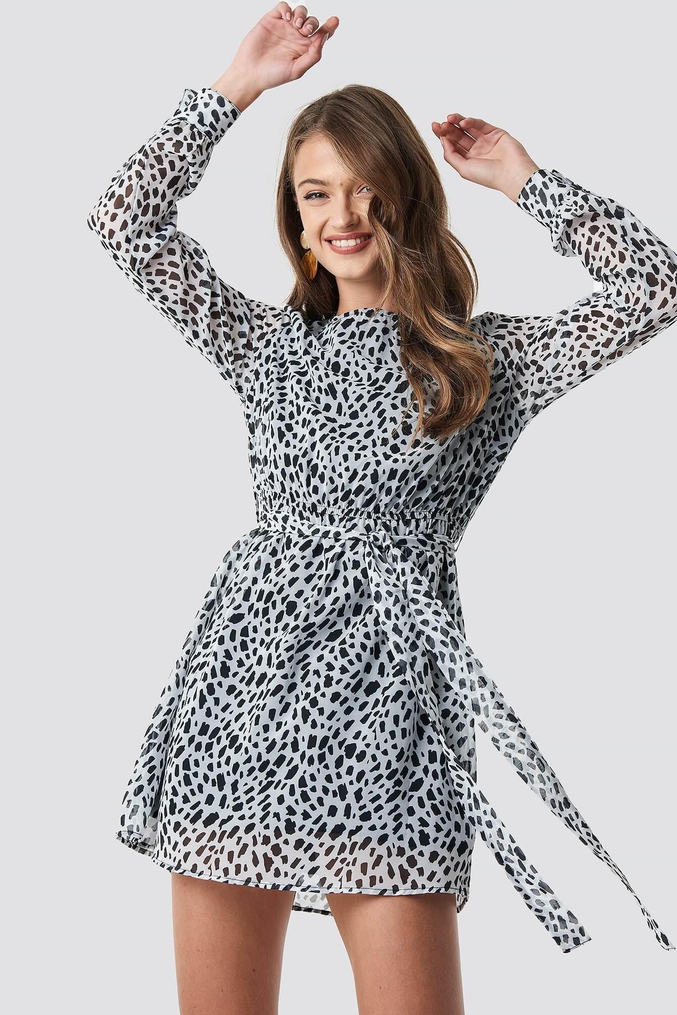 En kort klänning med prickig design från NA-KD.