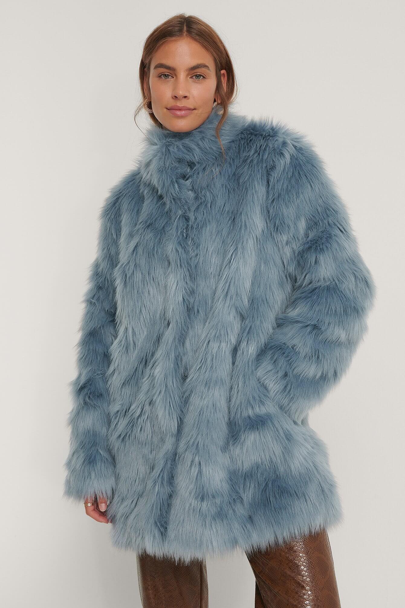 En blå kappa i fuskpäls från NA-KD.