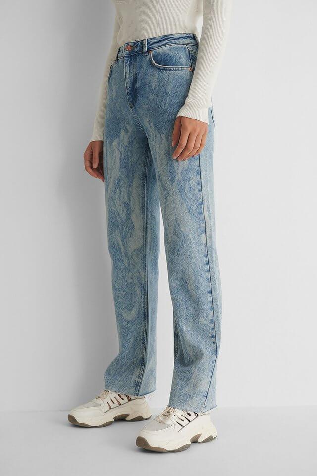 Ett par snygga jeans med tvättat mönster från NA-KD.