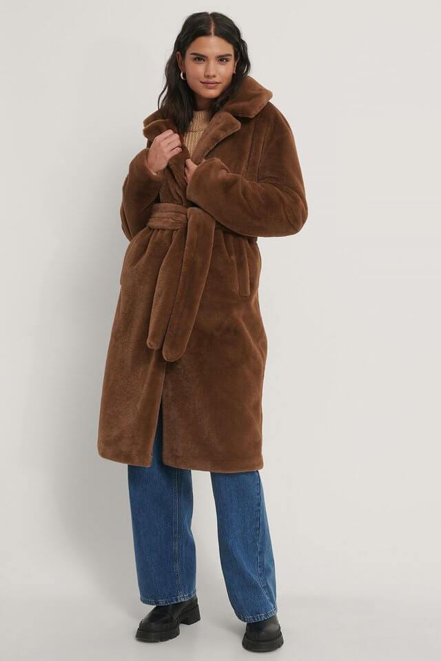 En lång, brun kappa i fuskpäls från NA-KD.
