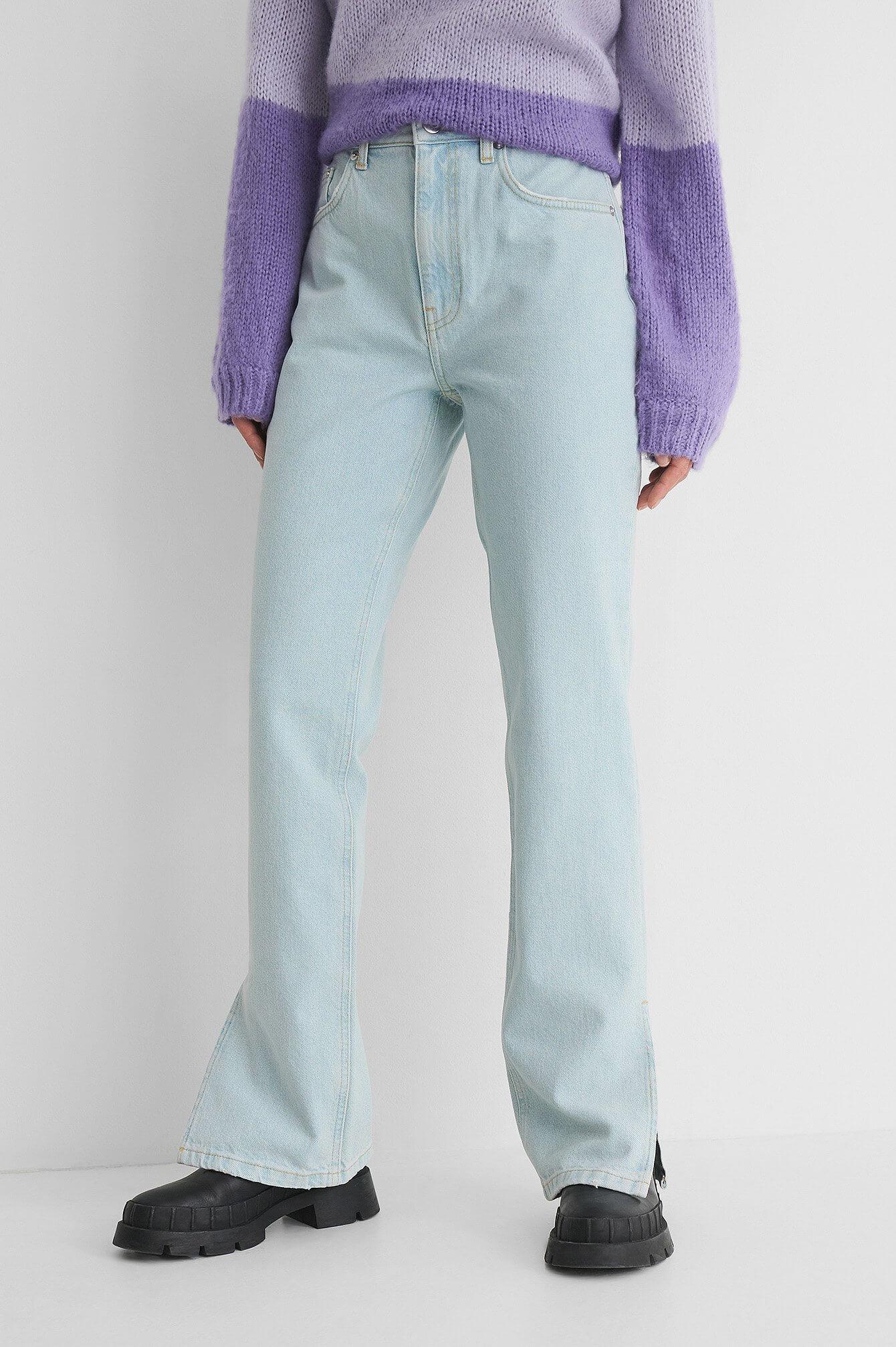 Ett par lösa, blåa jeans med slits på bensluten från NA-KD.