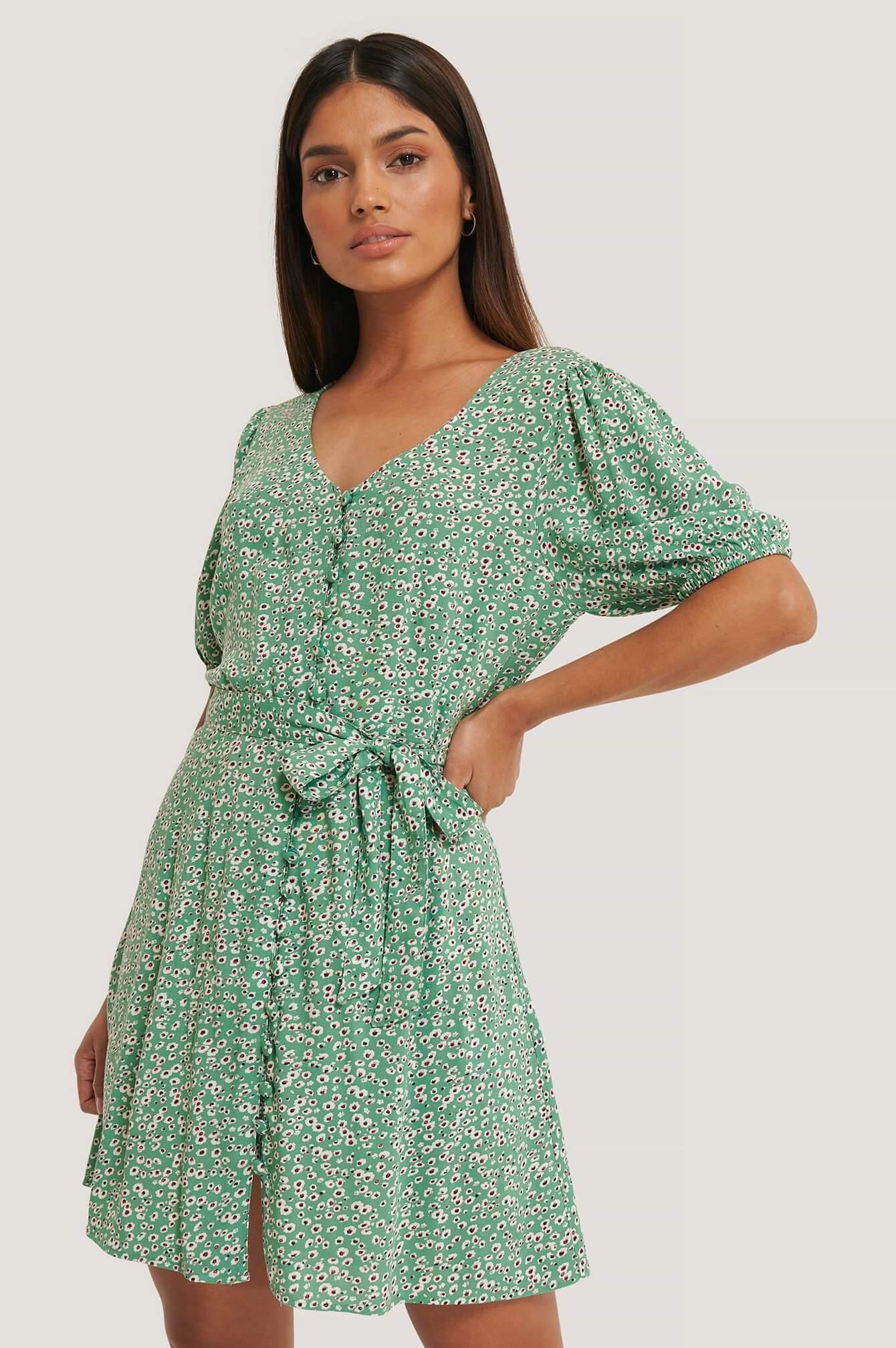 En grön, mönstrad miniklänning från NA-KD.