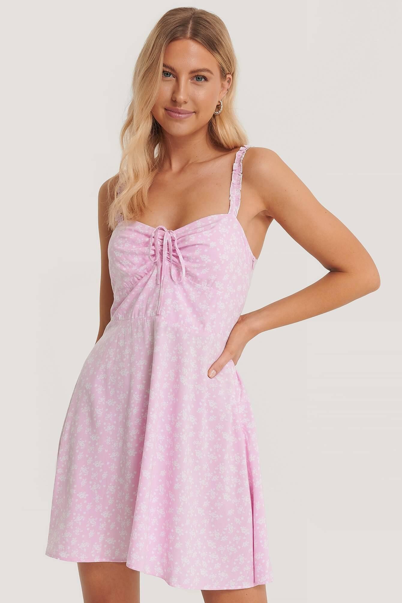 En kort, rosa klänning med knytdetalj från NA-KD.
