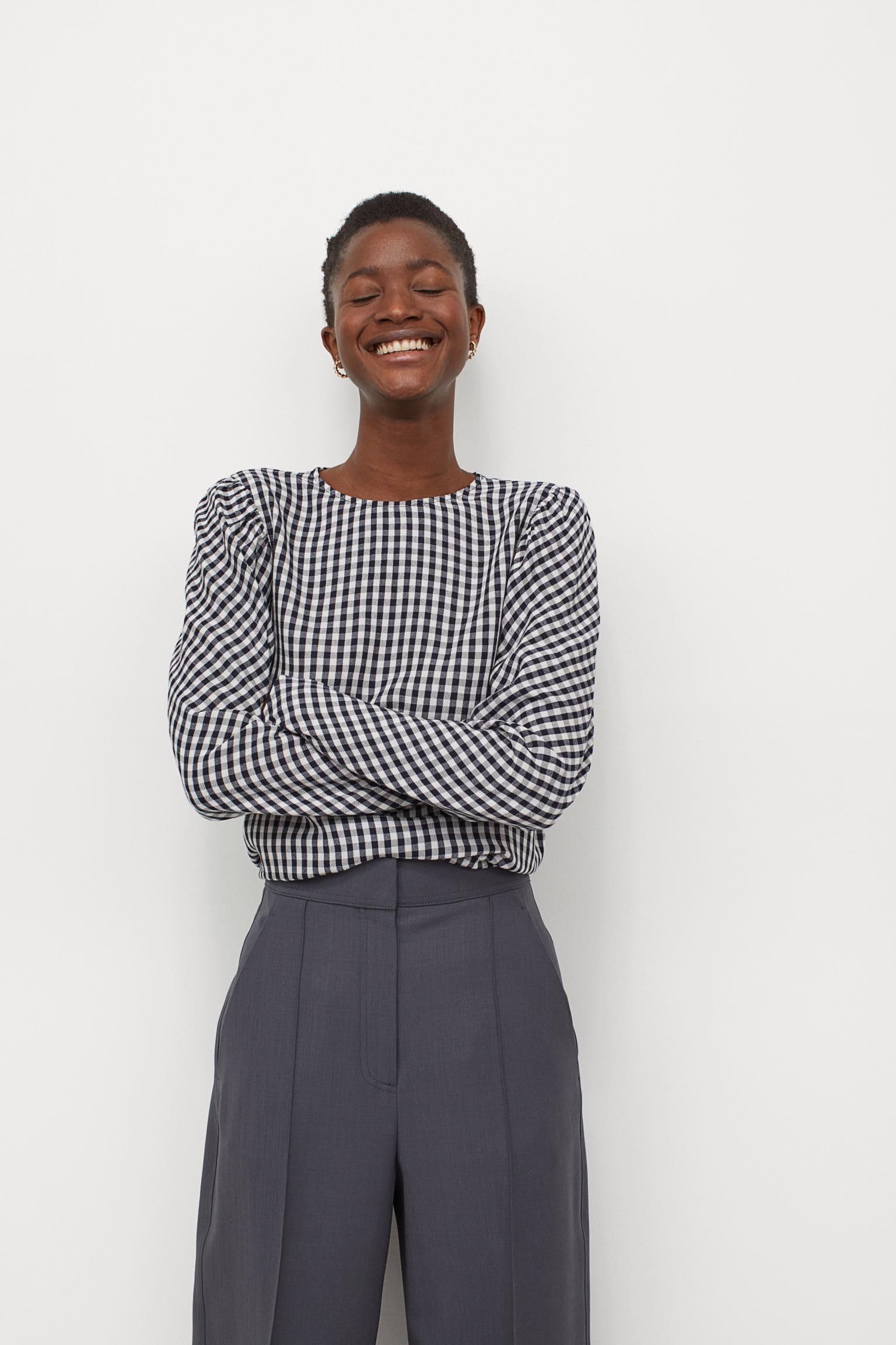 Rutig blus med puffärmar i svart och vitt