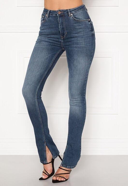Ett par snygga jeans med slits i bensluten från The O Denim.