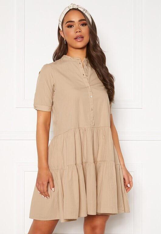 En beige, kortärmad skjortklänning från Vero Moda.