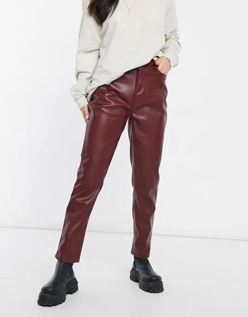 VInröda byxor i läderimitation från Urban Bliss.