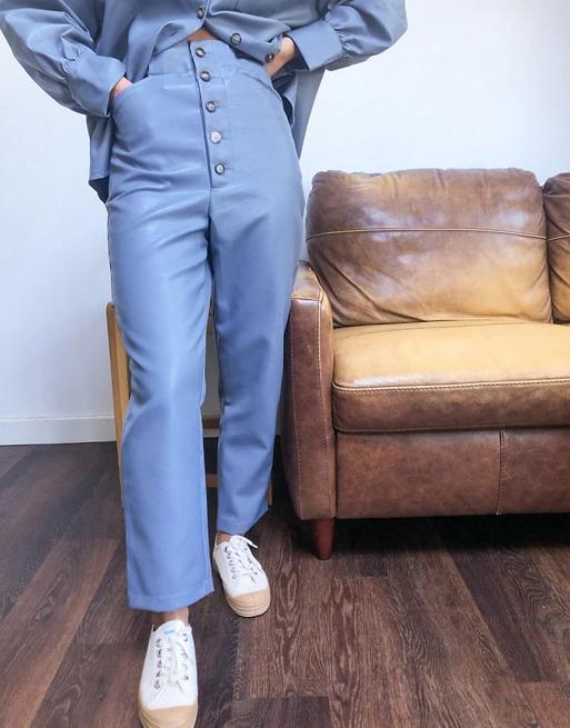 Ett par blå figursydda byxor i läderimitation från Ghospell
