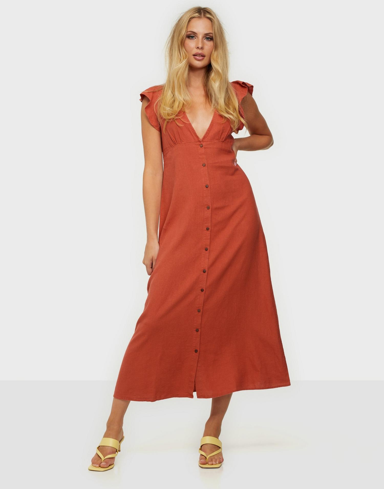 En röd midiklänning med v-ringning.