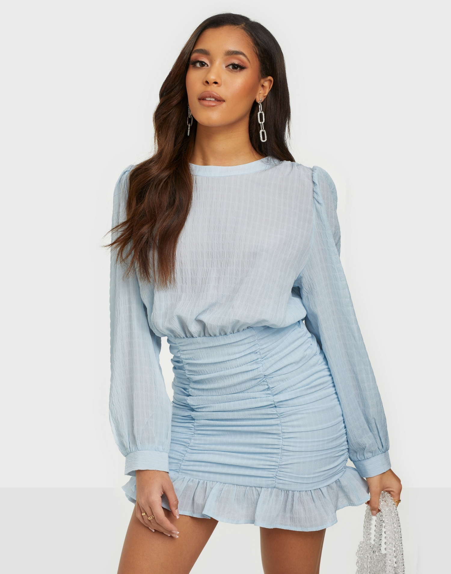 En söt, ljusblå klänning med en rynkad kjoldel och svallande överdel.