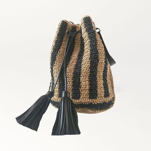 Trendig stråväska med lädersnöre och dekorativa tofsar