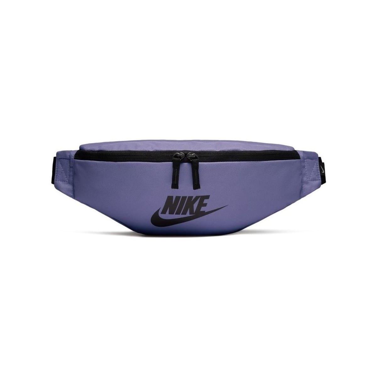 Lila magväska från Nike med ett stort huvudfack