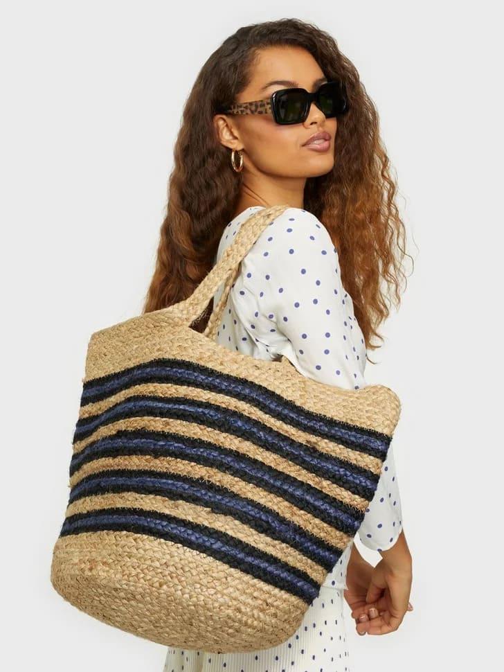 Flätad stråväska med blå och svarta detaljer