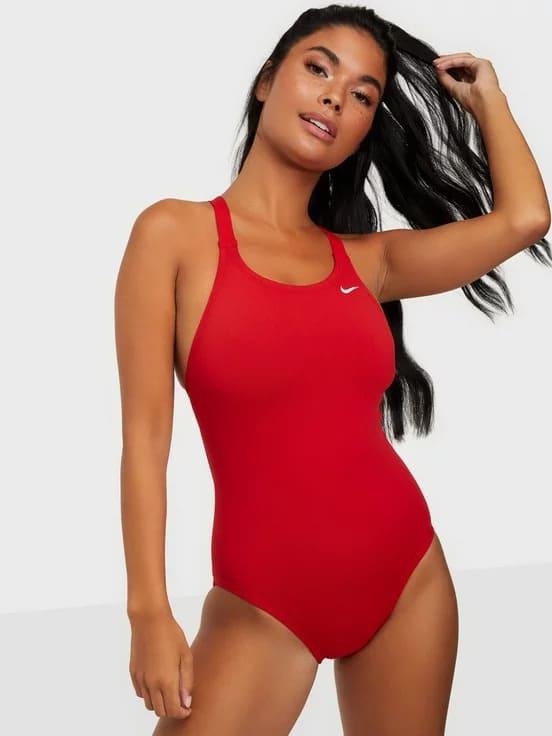 Röd baddräkt för sportiga damer från Nike