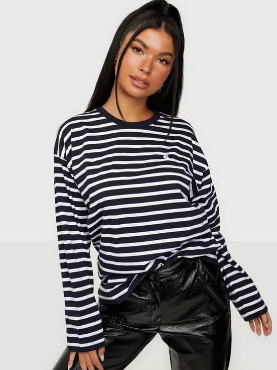 Randig svartvit tröja stickad