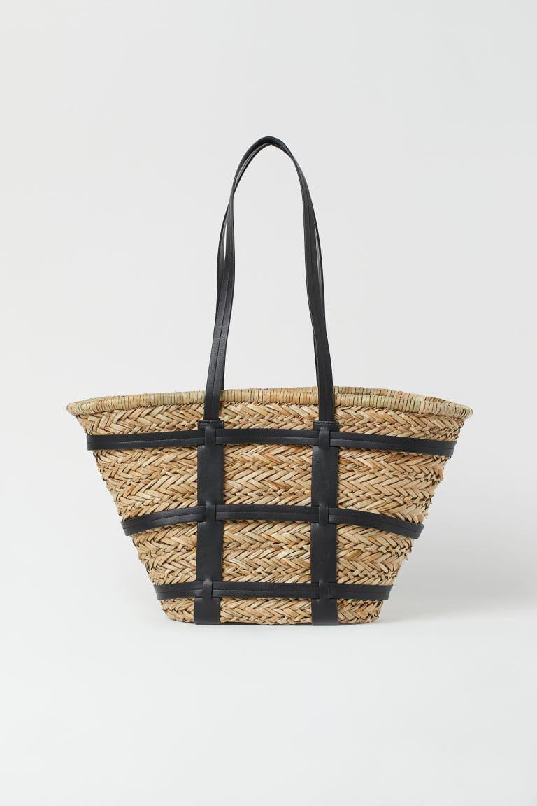 Väska i flätat strå med detaljer i läderimitation