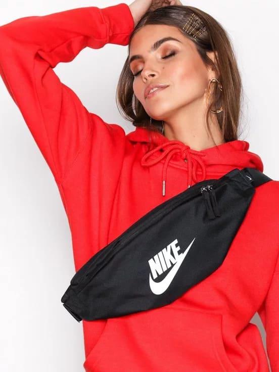 Midjeväska från Nike. Reglerbart band med resår som försluts i sidan.