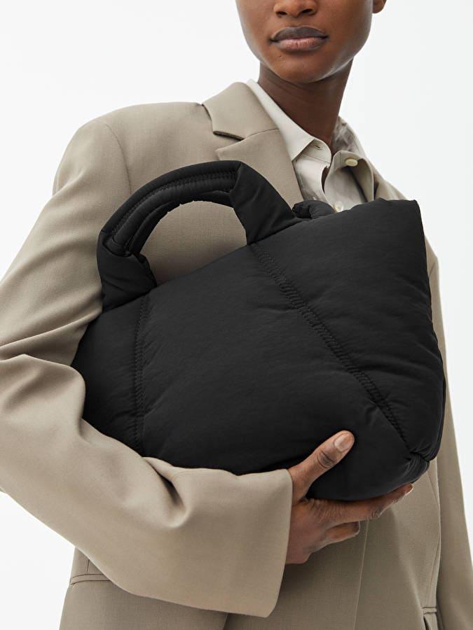 Vadderad handväska i tyg från Arket i återvänt material