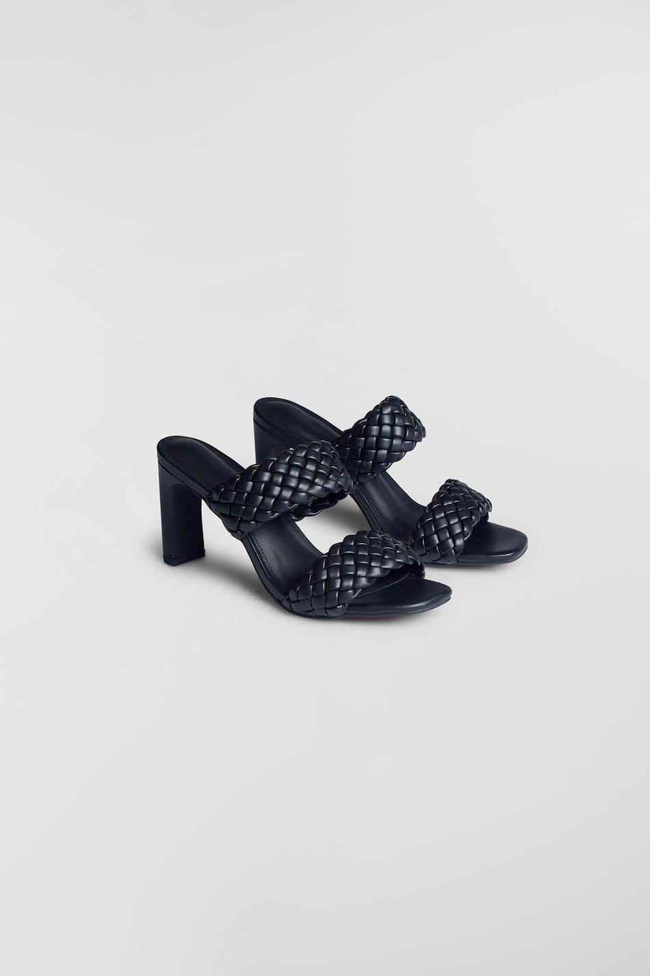 Högklackade sandaler med en slip-on design 2021