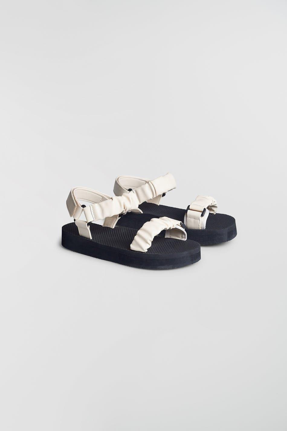 Svarta och vita sandaler med rynkade band