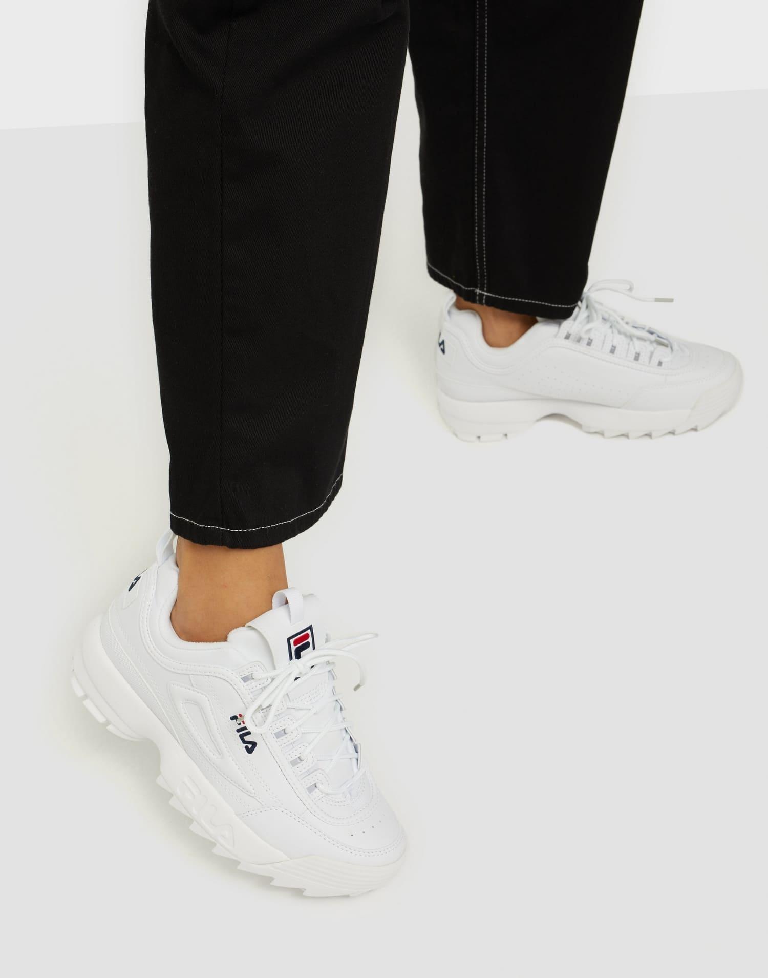 Vita trendiga chunky sneakers från Fila.