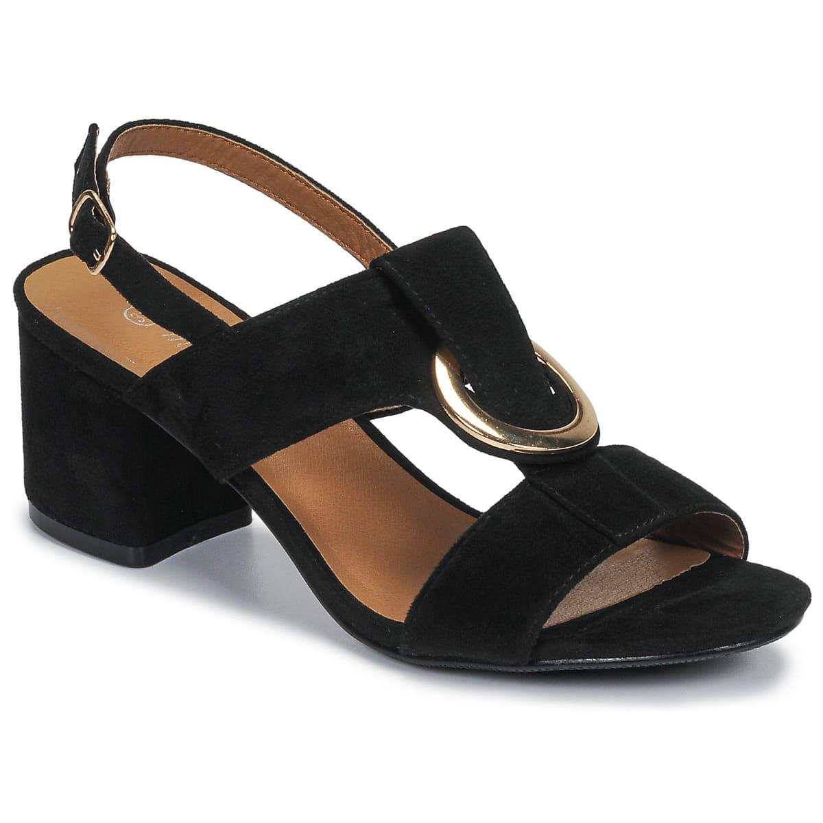 Härlig sandal med remmar i textil och sula i syntet