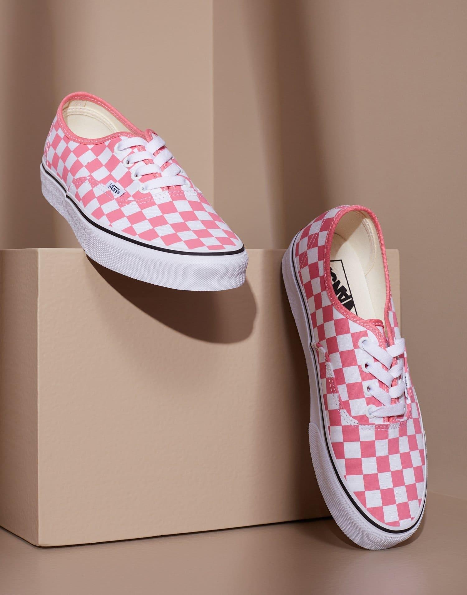 Låga vita och rosa rutiga skor från vans