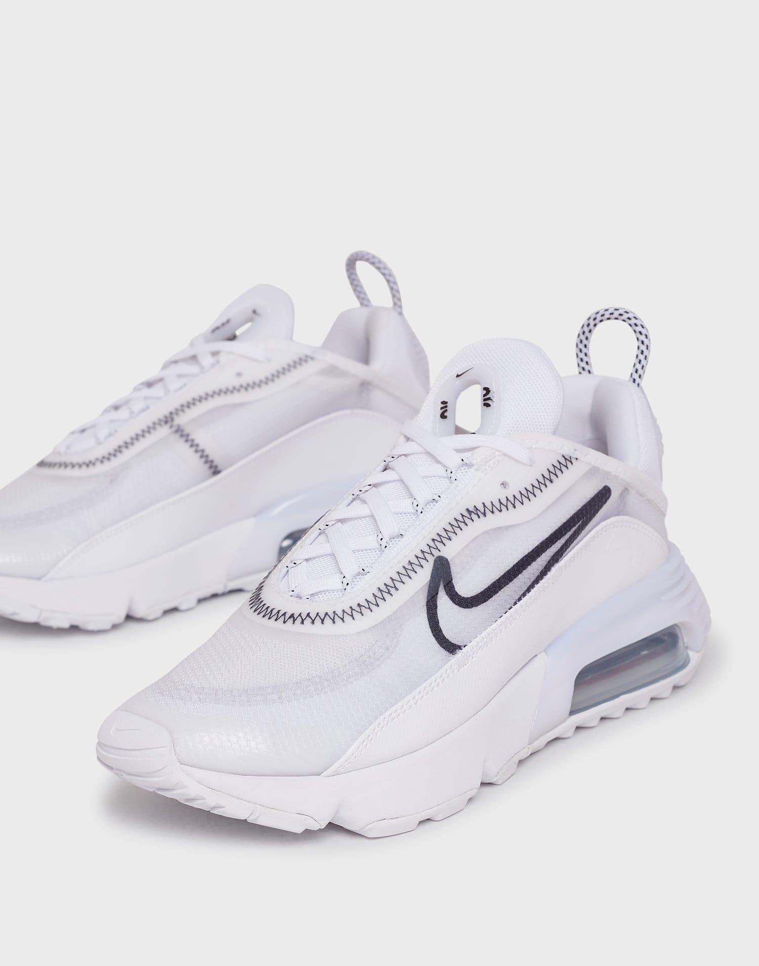 Vita sneakers från Nike med svart logga