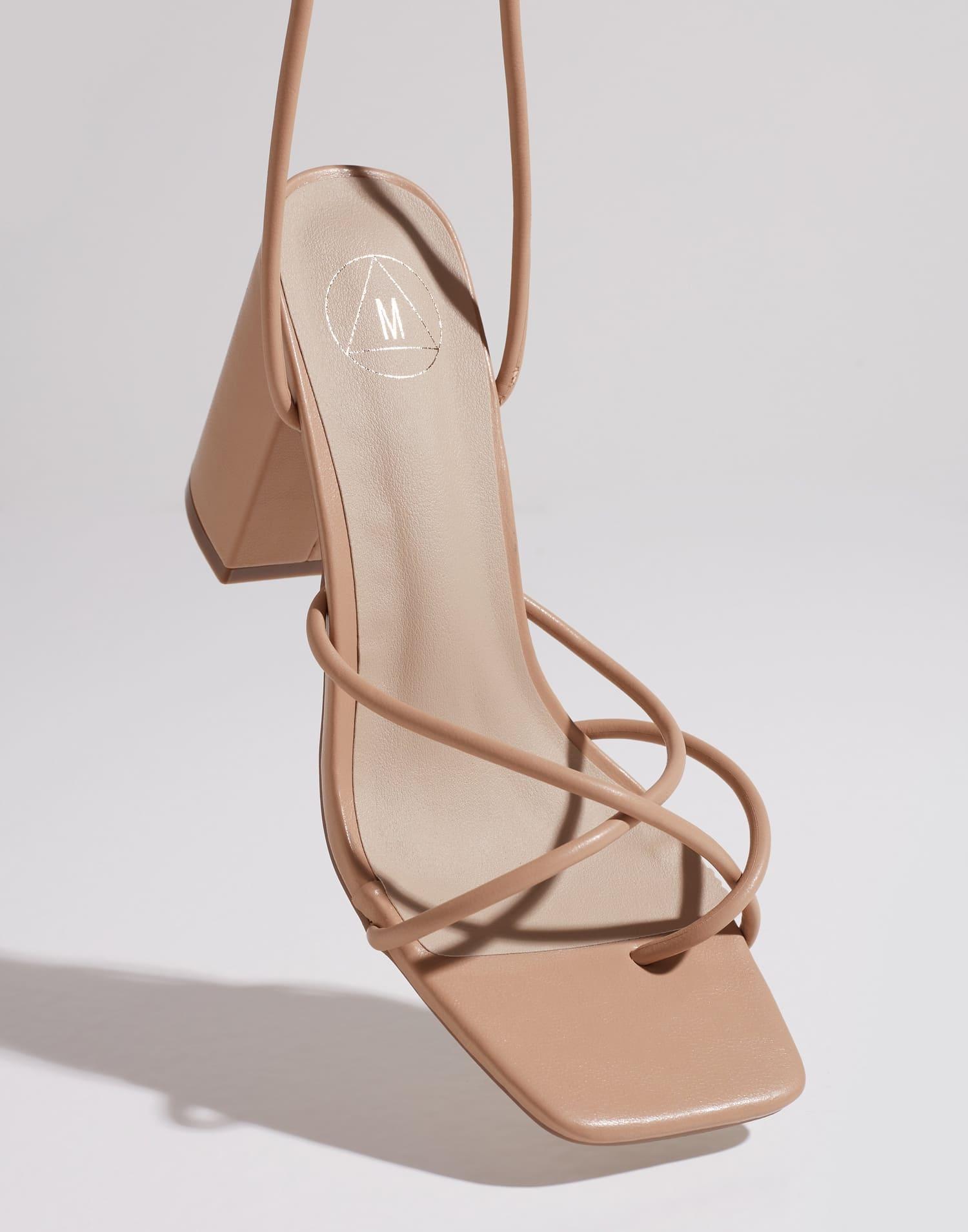 Sandalett från Missguided med snörning över fot samt upp på ben