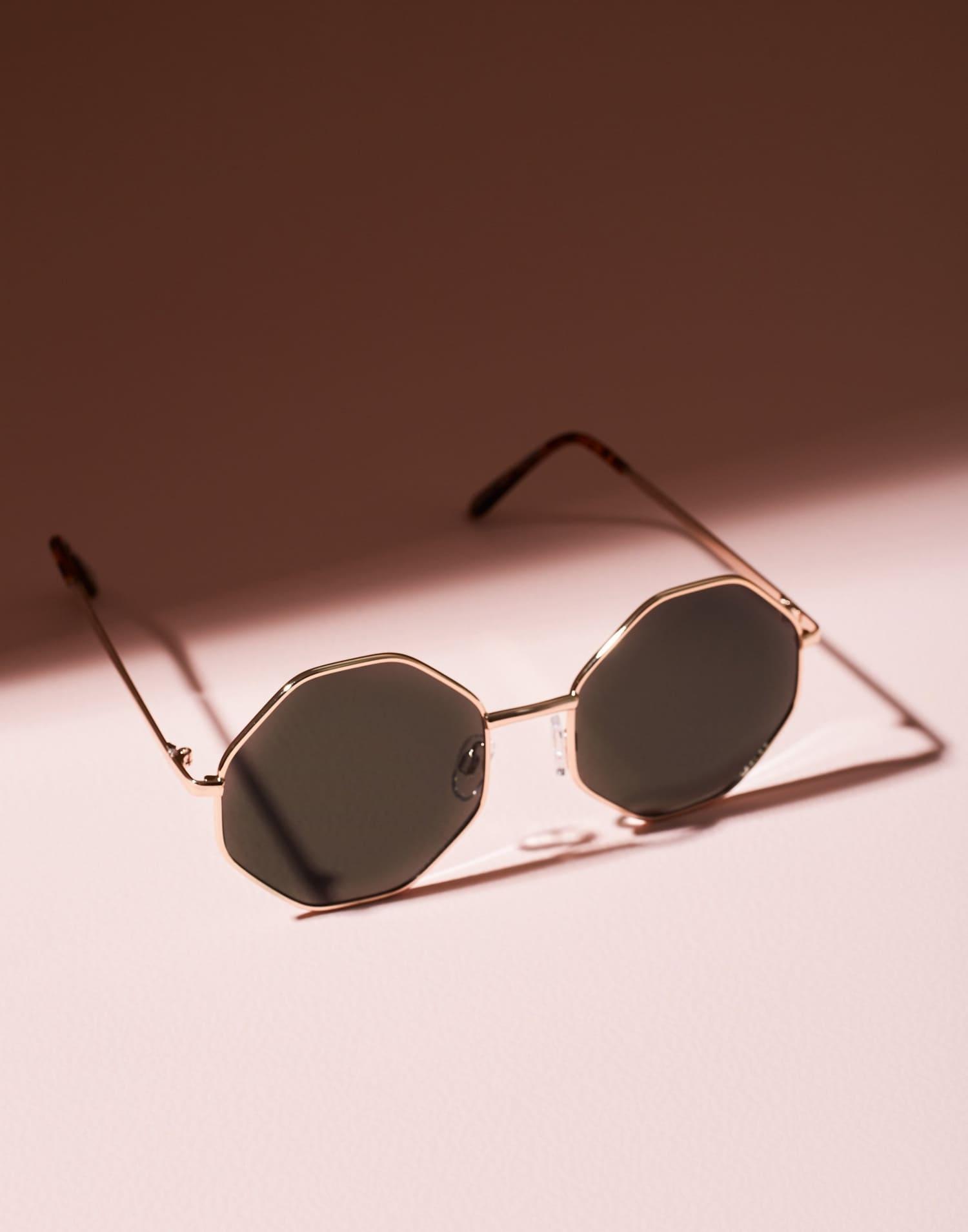 Solglasögon från Missguided med svarta linser med gulddetaljer
