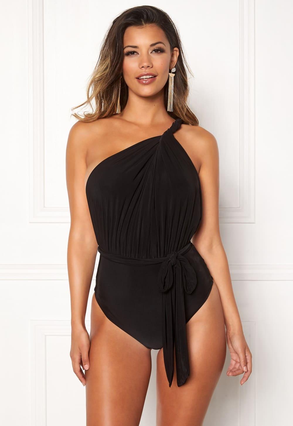 En svart baddräkt i one shoulder-modell från Goddiva.