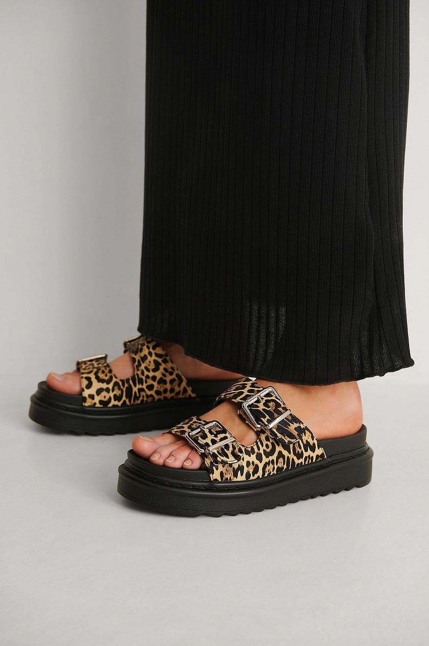 Leopardmönstrade sandaler i slip on-design 2021