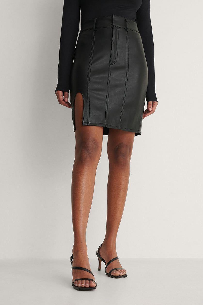 Svart kjol i skinnimitation och kort modell för dam