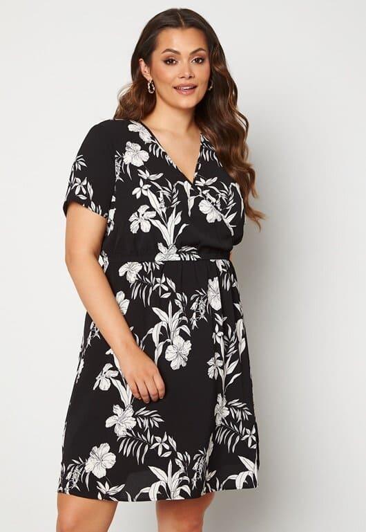 Svartvit klänning med blommönster i plus size