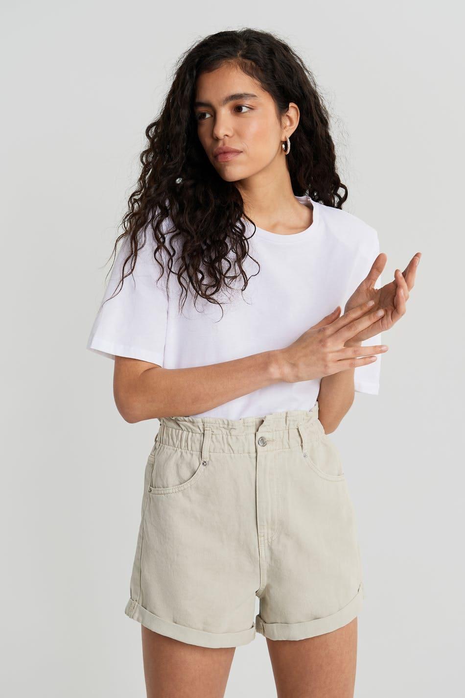 Beige jeansshorts från Gina Tricot för dam 2021