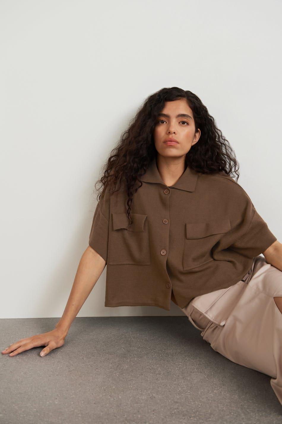 Finstickad, brun tröja med krage och fickor