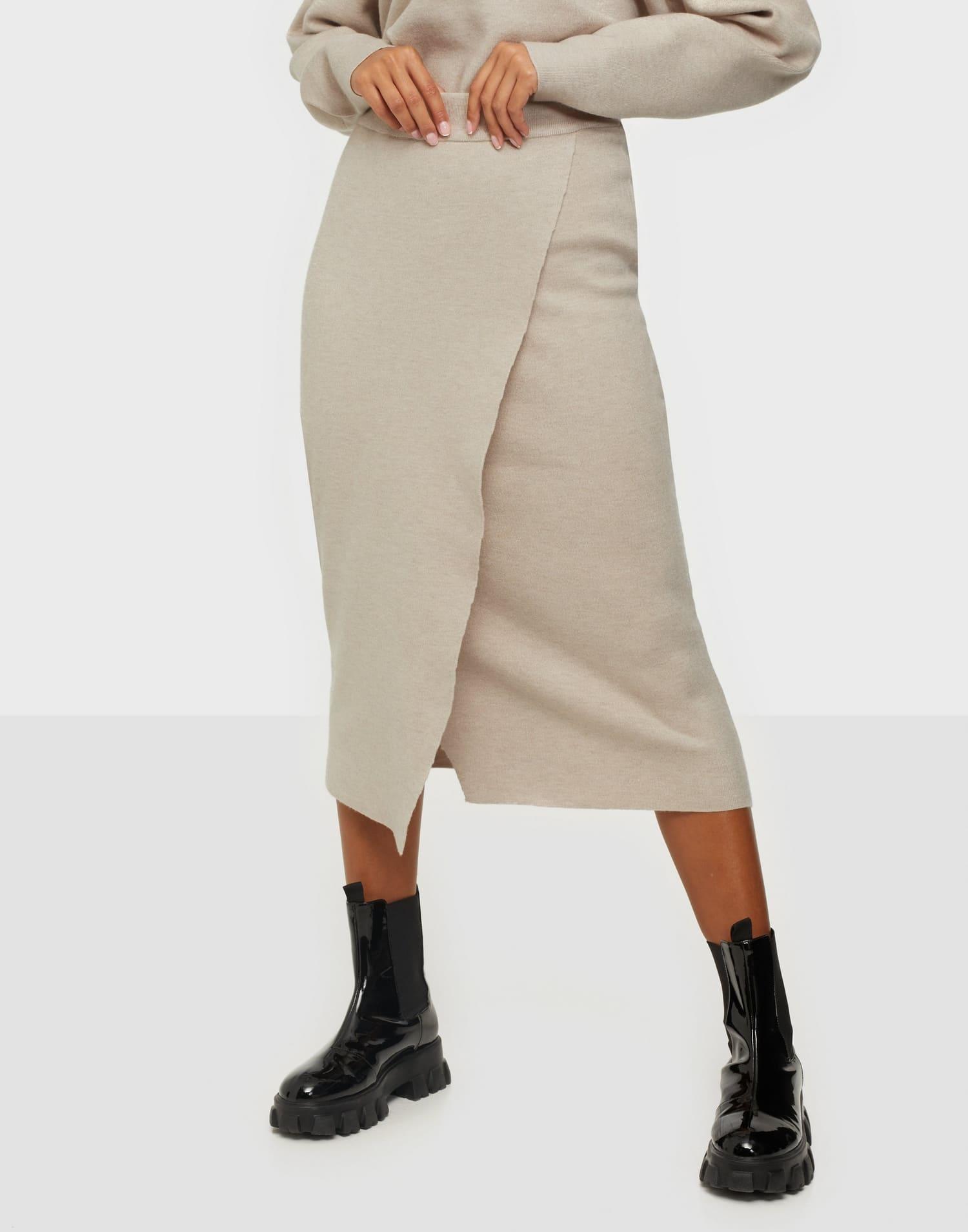 Stickad kjol från VILA i midi längd
