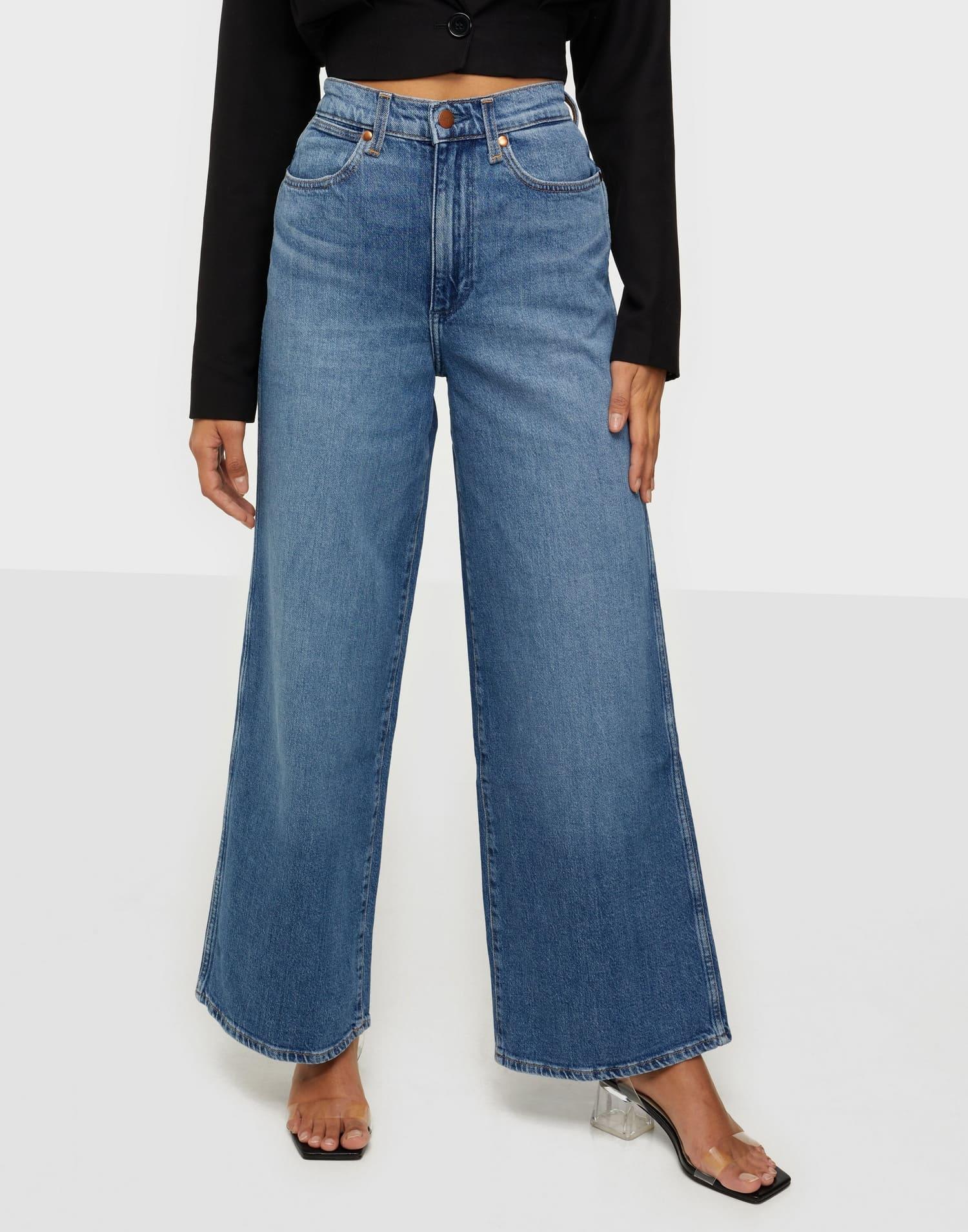Ett par blåa, lösa jeans från Wrangler