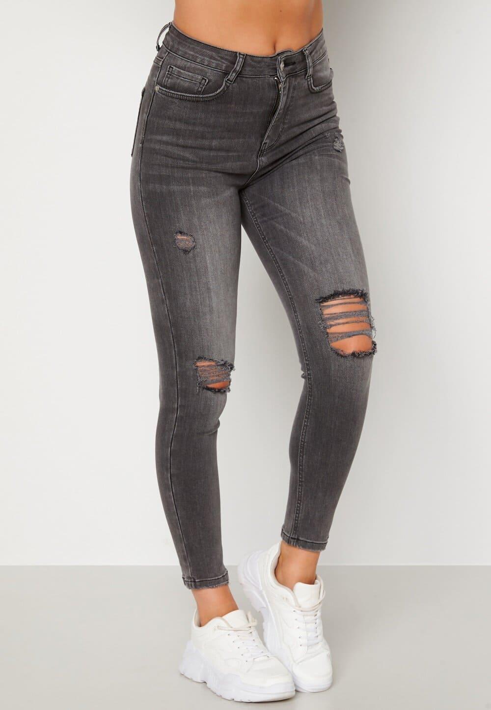 Snygga jeans i grå denim med slitningar på knäna.