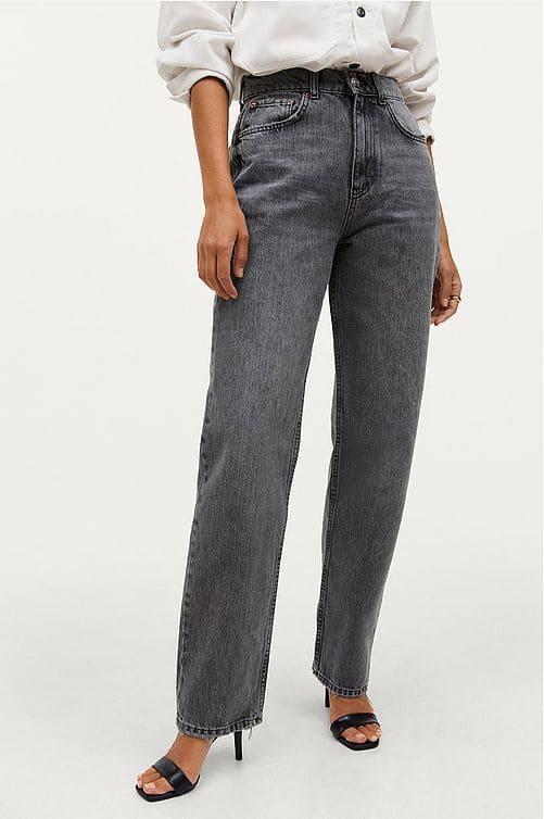 Grå jeans med vida ben och hög midja och vida, raka ben.